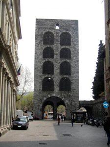 Kulturhistorisch: Stadtturm von Como