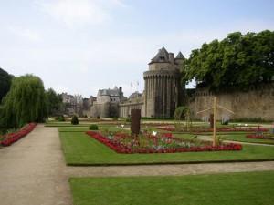 mittelalterliche Städte wie Vannes mit mehr als 2.500 jähriger Geschichte (hier der Stadtgraben) prägen die Bretagne