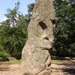 """ein Menhir (in Asterix-Deutsch auch """"Hinkelstein""""), hier der """"Gigant von Manio"""