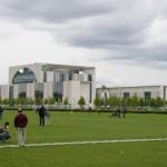 """ein Protzbau sondergleichen - das Bundeskanzleramt (""""Waschmaschine"""") gegenüber dem Reichstag"""