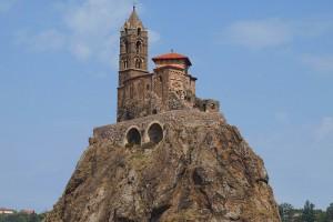St. Michel d`Aiguilhe, das Wahrzeichen von Le Puy en Velay - der schwierigste Startpunkt des uralten Jakobs-Pilgerweges nach Santiago de Compostella
