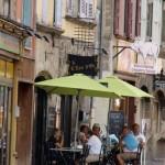 Das Écu liegt in der mittelalterlich anmutenden Rue Pannessac Richtung Westen vom Rathaus (Hotel de Ville) aus gesehen
