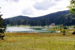 die Auberge liegt direkt am Lac Genin in der Kommune Charix