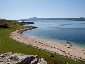 Bei Claigan glänzt weisser Sand an der Küste der Isle of Skye - greift man mit den Händen hinein, hält man Korallen in der Hand