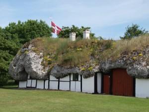 "das Museum ""Pa Lynget"" mit seinem Tangdach"
