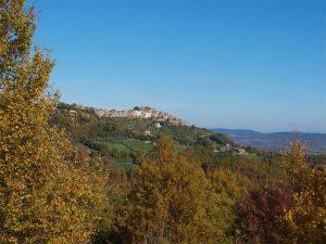 Die Toskana (wie hier den Ort Chiusdino) erkunden - geht am einfachsten mit dem eigenen Auto...