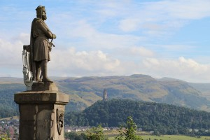 Robert I the Bruce (links) und das Wallace Monument (Hintergrund), Foto © hmg 2012