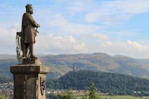 Robert I the Bruce (links) und das Wallace Monument (Hintergrund), Foto © hmg 2012