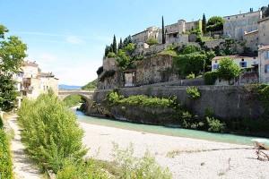 Blick auf das mittelalterliche Vaison auf der anderen Flussseite