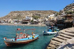 Die Bucht von Matala bietet Windschutz und ein buntes Tavernen- wie Barleben