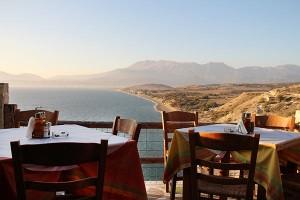 Terrasse der Fish Taverna Vrachos im August 2013