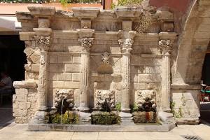 Die Reste des Rimondi-Brunnens in der Innenstadt von Rethimnon aus dem 16. Jahrhundert