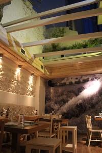 der Restaurant-Bereich im Innenhof mit Blick auf den Nachthimmel im deli&eatery in Heraklion