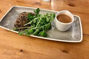 Haggis mit frischem Salat und Soße als Starter