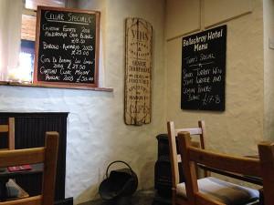 Geschmackvoll eingerichtet: der Barbereich des Bellachroy Hotel auf Mull