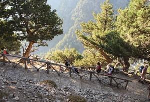 Der Abstieg in die Samariaschlucht ist steil