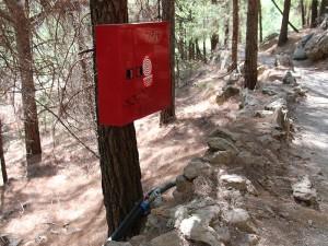 Feuerlöschstationen säumen den Wanderweg durch die Schlucht