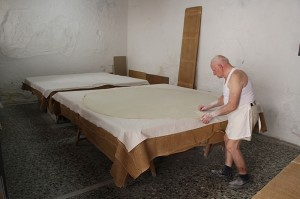 Georgios Xatziparasxos in Rethymno bei der Herstellung von Baklava