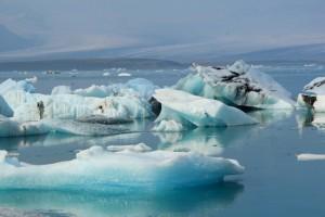 Die Gletscherlagune mit blau schimmernden Eisbergen
