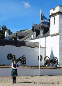 Im Bild die Touristen-Dudelsack-Spielerin vor Blair Castle, dem Schloss des Duke of Atholl.