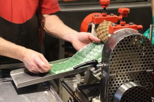 Bonbonherstellung - abgesehen von den Walz- und Prägemaschinen noch reine Handarbeit