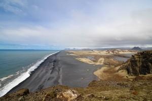 """Blick von Dyrholaey die """"schwarzen Strände"""" entlang Richtung Westmänner-Inseln"""