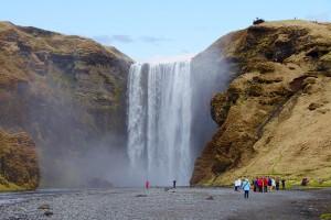 Skogafoss: 60 Meter stürzt das Wasser in die Tiefe