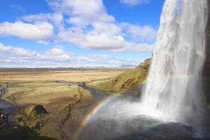 Der Seljalandsfoss: In der Nachmittagssonne am schönsten, wenn der Regenbogen zum Goldtopf führt.
