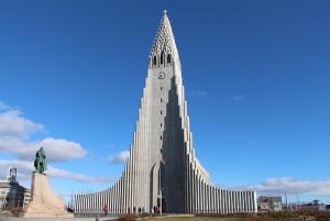 Die Hallgrímskirkja im Herzen von Reykjavik bietet in ihrer Spitze einen grandiosen Rundumblick.