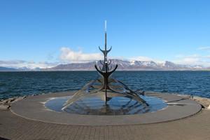 Die Sæbraut - das Ufer am Hafen von Reykjavik trägt diesen Namen - wie das Kunstwerk, das ein Wikingerschiff darstellt, auch.