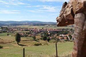 """Saugues auf der Hochebene des Margeride - die Stadt mit der Region, die im 18. Jahrhundert durch """"die Bestie von Gévaudan"""" grausam heimgesucht wurde"""