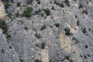 Klein und verloren wirken die 4 Kletterer in der Steilwand am Eingang zum Tal des Foret de Saou
