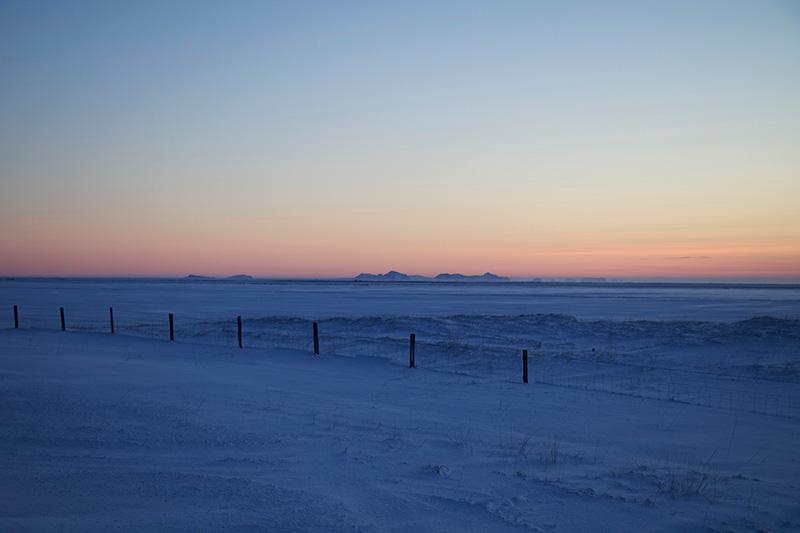 Die Westmänner-Inseln von der Ringstraße aus gesehen im Abendlicht der Polarnacht