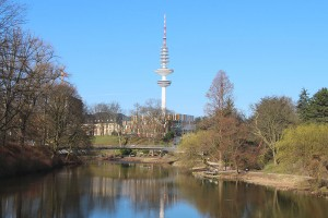 Der Fernsehturm Hamburg über dem Wallringpark