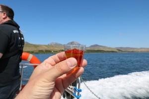 """""""Whisky on the Waves"""", einfach Spass mit einem guten Tropfen (und den ja nicht verschütten...)."""