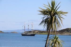 Das ist nicht die Südsee sondern die Bucht von Craighouse auf Jura mit dem holländischen Segelschiff Thalassa