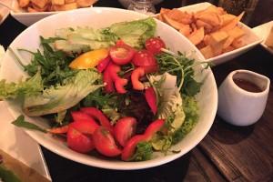 """Salatteller """"nach Art des Hauses"""" - eher ein typisch """"bunter Salat"""", aber alles frisch, knackig und das Dressing im Kännchen separat."""