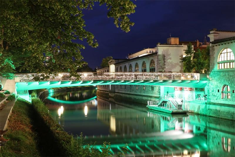 Nachtleben von Ljubljana - die Metzgerbrücke im grünen Nachtlicht. Foto © Hans-Martin Goede