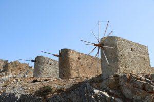 Reste historischer Windmühlen am Pass Ambelos Afin