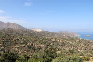 Die Straße von Agios Nikolaos nach Sitia schraubt und windet sich um Bergnasen wie Schluchten