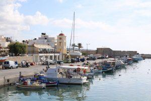 im Fischerhafen von Ierapetra mit Turmuhr und der alten Festung