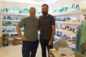 "Autor Hans-Martin Goede (links) mit Yannis (rechts) im ""By the sea"" in Iearpetra"