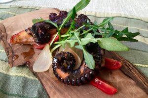gegrillter Octopus - serviert auf feinstem Olivenholz