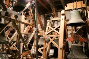 """das Glockenmuseum im weiträumigen """"Glockenraum"""" der Stiftskirche"""
