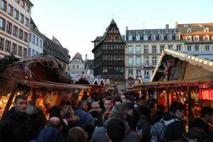 Weihnachtsmarkt vor dem Münster und Maison Kammerzell in Strassburg