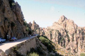 Enge Passstraßen (wie hier nahe Corte) prägen das Landesinnere von Korsika, Foto: Hans-Martin Goede