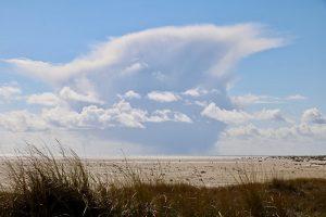 Blick von den Dünen über den Kniepsand auf ein vorbeiziehendes Gewitter über der Nordsee