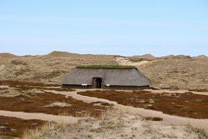 In den Dünen fanden Archäologen Überreste einer Eisenzeitsiedlung. Ein Haus wurde wieder beispielhaft aufgebaut.