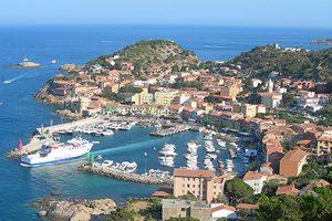 Blick auf den Hafen von Giglio. Foto: Cutcow, Fotolia.de