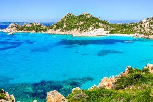 türkisfarbenes Meer - malerische Buchten - medierrante Vegetation. Das ist Sardinien. Foto: scabrn, Fotolia
